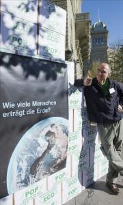 Ein Initiant bei der Einreichung der Ecopop-Initiative «Stopp der Überbevölkerung». (Bern, 2. 11. 2012) (Bild: MARCEL BIERI / KEYSTONE)
